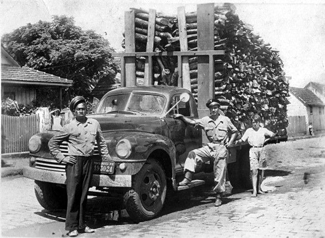Um caminhão Nasch, carregado com a chamada lenha de metro destinada a alguma fábrica para ser usada como combustível, na década de 1950. Na época, tanto os automóveis como os caminhões eram importados.