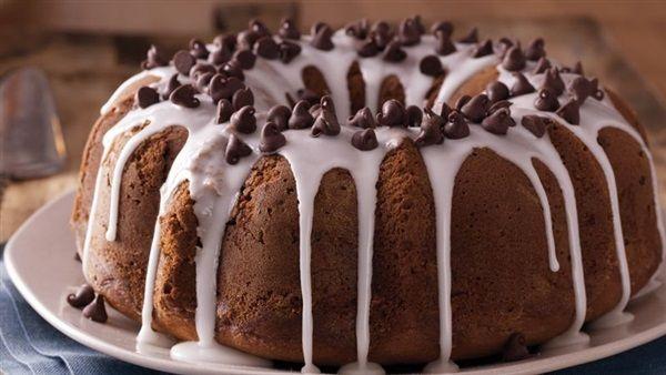 Ένα λαχταριστό, αφράτο και πεντανόστιμο κέικ σοκολατένιο με μπανάνες περιχυμένο με ένα υπέροχο, δροσερό γλάσο τυριού της στιγμής που ανεβάζει σε άλλο γαστρ