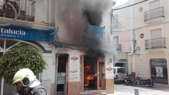 La dueña de la carnicería y asador de pollos Carmela, ubicada en la céntrica calle Pintada de Nerja, ha sido trasladada al Hospital Regional de Málaga con quemaduras en el brazo y el tórax debido al escape de gas al cambiar una bombona.   #bombona de butano #explosion #mujer herida