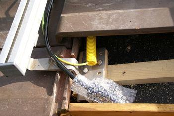 Durchführung des AC Kabels ins innere des Gebäudes. Kabel nicht quetschen.