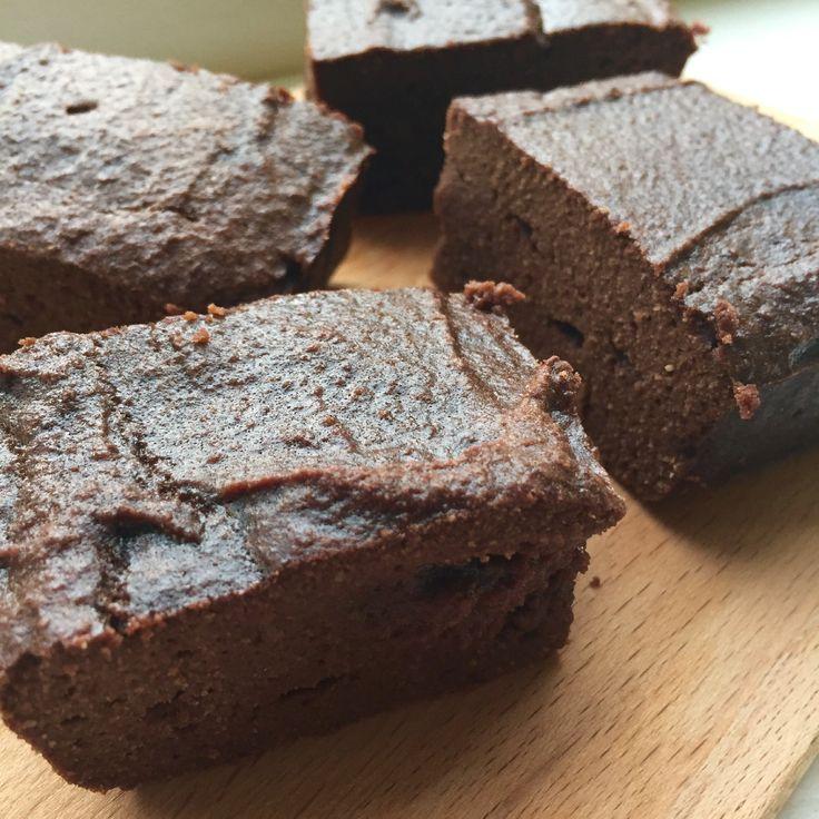 Heb jij zin inom eenhealthy snackte bakken dit weekend? Deze healthy kokos brownies moet je proberen! Ik heb allerlei kokos ingrediënten toegevoegd aan deze brownies, dus een keer een andere twist! Ze zijn een heerlijk gluten vrij tussendoortje dus ga jij ze proberen dit weekend? Tip: heerlijk met wat magere kwark en aardbeien! Healthy kokos brownies (12 stukjes) Wat heb je nodig: – brownie vorm ofovenschaalen bakpapier – 70 gr. kokosolie – 33 gr. cacao poeder – 6 eieren – 60 gr…