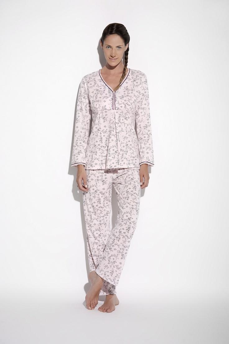 Pijama manga larga, remera corte princesa, estampado monocolor.