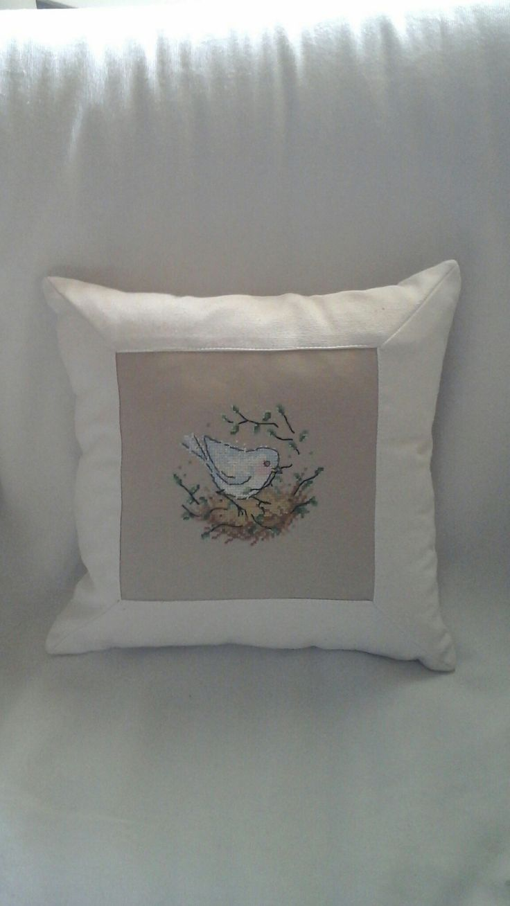 Ένα πουλάκι που φτιάχνει τη φωλιά του, σε ένα μαξιλαράκι για την άνοιξη.