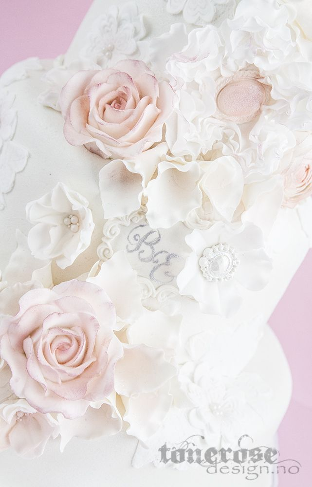 Romantic wedding cake, all edible. Pink & white  Romantisk bryllupskake trukket med marsipan, dus rosa og hvite blomster. Blonder =)