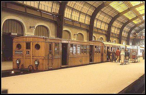 1981 - Πειραιάς. Σταθμός του ηλεκτρικού. Τα ξύλινα τραίνα.