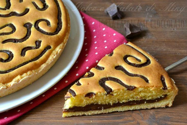 Torta farcita al cioccolato, ideale per la merenda dei bambini, semplice ma decorata.