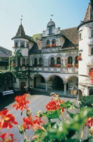 ボーデン湖のある街、ドイツのコンスタンツ市。市庁舎 、壁画が美しい庭園ではコンサートが開催されるそう。ボーデン湖の見所。