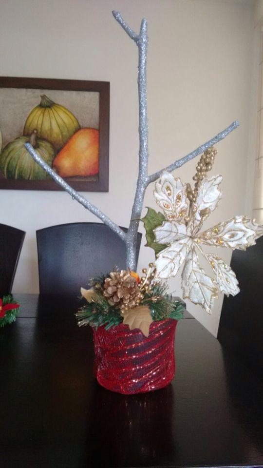 Adorno en base costal, ramas doradas y  troncó plata. Arreglo perfecto para la sala o escaleras. #navidad #colombia
