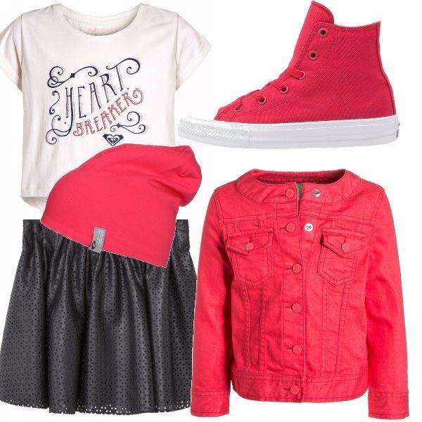 Outfit composto da maglia corta bianca con stampa, gonna mini traforata in ecopelle, giubbino con collo alla coreana rosso abbinato ad una stivaletto in tela ed un simpatico berretto