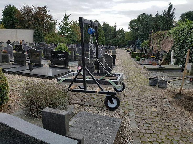 Product innovatie door Noël Weinheimer ontworpen mobiele kraan aangepast op de begraafplaatsen in onze omgeving en qua inzetbaarheid breder inzetbaar dan de reeds bestaande mobiele kranen/takels
