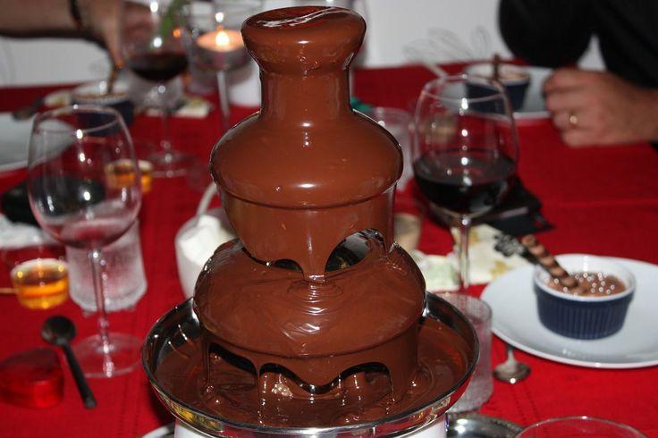 man kan beställa ckokladfondue och så får man en sånhär och så får man välja 10 olika frukter som man kan doppa i chokladen