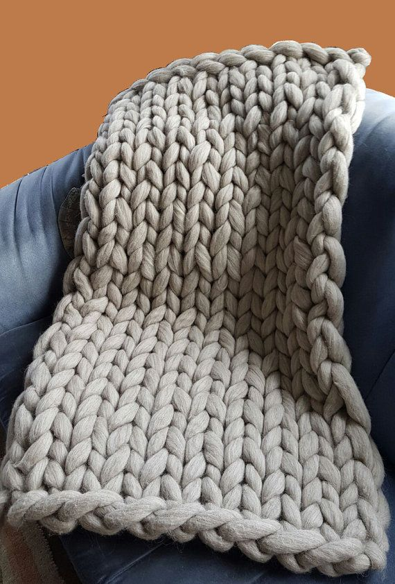 Gebreide deken van 100% Merino wol, arm breien, chunky wol, extra warm. Deze deken is handgebreid van extra dikke viltwol die zeer warm en zacht is. Heerlijk voor in de winter.  Zuid-Amerikaanse middenfijne merino viltwol, naturel. Lichtgrijs, iets gemeleerd. Gewicht: 1,5 kg Afmeting: 70 cm bij 100 cm