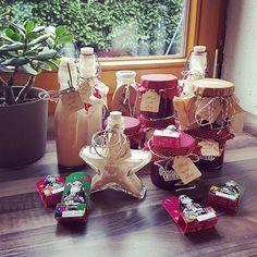 Ich bin jetzt fertig mit meinen selbstgemachten Geschenken Haus ist geputzt und der Liebste hat in der Zeit einen ganz tollen Tannenbaum gekauft Jetzt geht's auf den Bielefelder Weihnachtsmarkt Euch verrate ich aber noch schnell das Rezept für die Weihnachtsmarmelade: 100g Marzipan mit Saft von 1 Orange in einem großen Topf aufkochen und darin schmelzen. 1 TL Zimt und 1 TL Lebkuchengewürz unterrühren. 1 kg TK-Waldfrüchte (gefroren) und 500 g Gelierzucker dazugeben und ca. 1 Stunde zie...