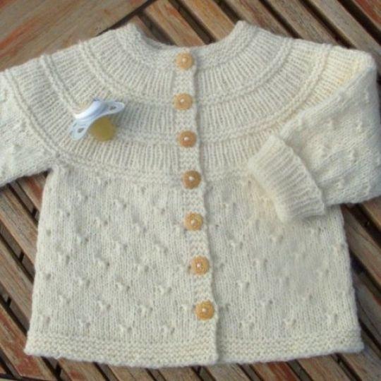 Strikket babytrøje