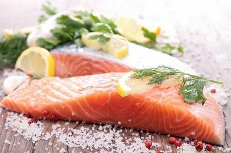 Il salmone è il nome comune dei pesci salmoniformi e che vivono nell'Oceano Atlantico e nel Pacifico del Nord. Sono anadromi, il che significa che la maggior parte dei tipi di salmone nascono in acqua dolce, migrano verso il mare, e ritornano in acqua dolce per riprodursi. Tutti i tipi di salmone forniscono una buona fonte di proteine di alta qualità e acidi grassi omega-3, che sono l'ideale per mantenere il cuore sano. Ecco le 3 migliori ricette che utilizzano il salmone fresco come…