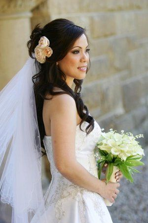 Brautfrisur für lange Haare mit Schleier und echten Blumen gesucht!