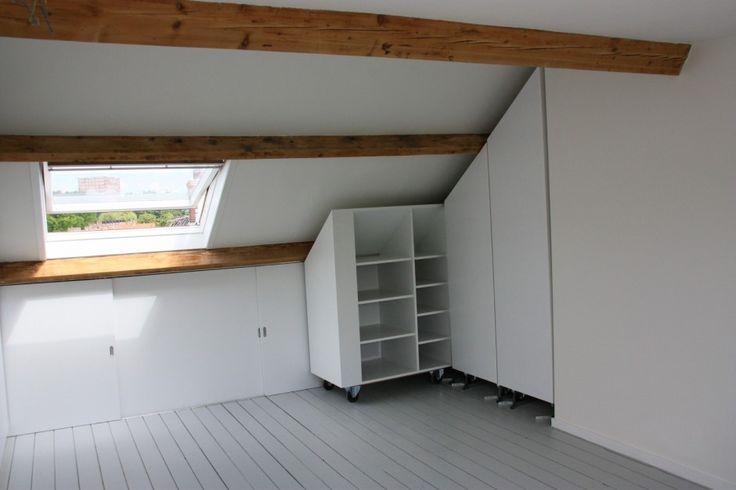 25 beste idee n over kleine slaapkamer op zolder op pinterest kleine zolders slaapkamer op - Kleine kledingkast ...