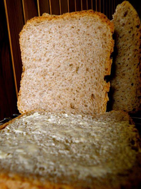 Chleb pełnoziarnisty  310 ml wody  3 łyżeczki (15 ml) soku z cytryny [dałam 1,5 łyżeczki] 500 g mąki razowej pełnoziarnistej [wykorzystałam ponad 600 g, po przesianiu wyszło 500 g] 4 łyżeczki (20 ml) mleka w proszku  2 łyżeczki (10 ml) soli  1 łyżeczka (5 ml) cukru kandyzowanego muscovado [dałam 2 łyżeczki fruktozy] 25 g masła  1 ½ łyżeczki (7,5 ml) suchych drożdży [dałam 20 g świeżych]