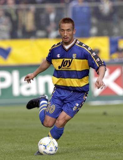 Hidetoshi Nakata, es un ex futbolista japonés, considerado como uno de los mejores futbolistas asiáticos de la década de 1990. Su posición en el campo era de mediocentro.