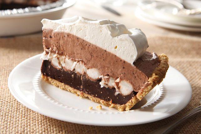 Cette tarte crémeuse au pouding au chocolat est facile à réaliser et délicieuse à souhait! Sortez les guimauves et à vos fourneaux!