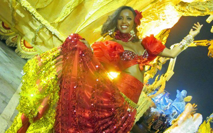 A assistente comercial Érica Casemiro, de 28 anos, vestida de 'cigana do amor' para o desfile da Mocidade Alegre
