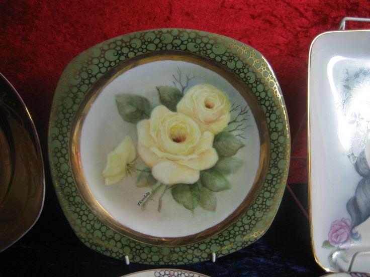 Keltaiset ruusut maalattu ja reunukset tuputettu vihreällä. Seuraavaan polttoon tehty kullalla kuviot vihreän reunan päälle.