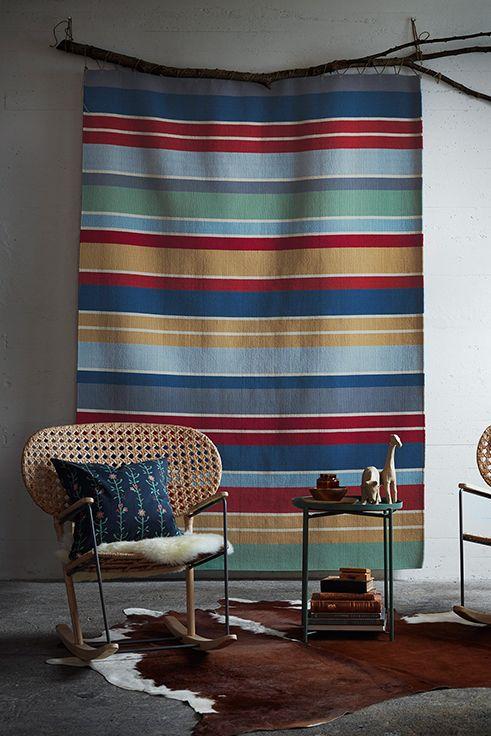 Τo χαλί RAVNSÖ μπορεί να στολίσει όχι μόνο το πάτωμά σας αλλά και τον τοίχο σας, δίνοντας cozy αλλά και folklore χαρακτήρα στο σπίτι σας.