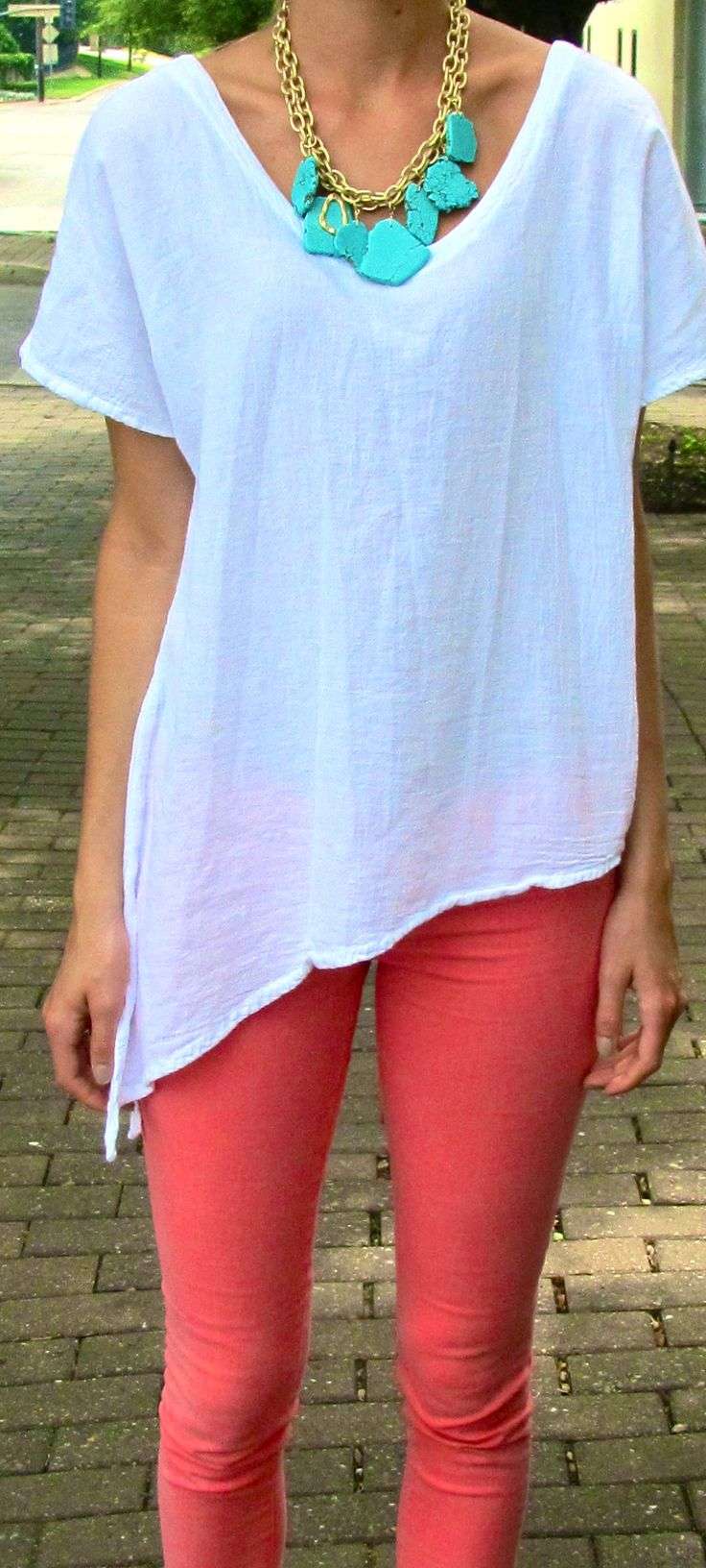 : Coral Jeans, Colors Combos, Outfits, Coral Pants, Turquoi Necklaces, Statement Necklaces, White Shirts, Turquoise Necklace, Summer Colors