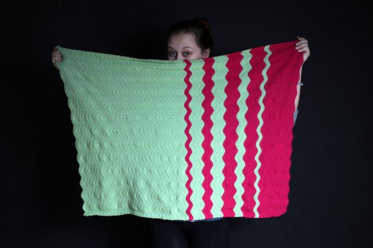 Dětská deka Dětská deka háčkovaná z příze Elian Nicky. Rozměr 100×70 cm Materiál 100% akryl Hřejivá, hebká deka pro nejmenší.