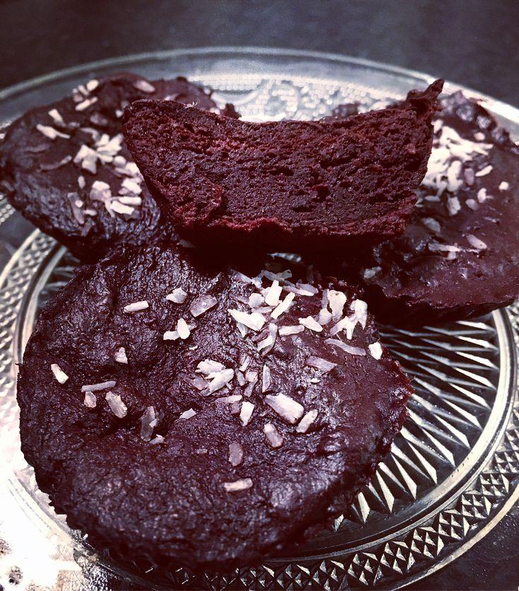 Gudomligt goda protein kladdkaka-muffins i micro, enkla och snabba att göra med få ingredienser 👌😍😋 Recept: Mixa 1 banan 1/2 dl äggvita 1-2 msk kakao 1/2 dl kasein choklad @mmsports 1/2 tsk bakpulver En nypa salt och sukrin. Dela upp i 4 silikonformar och baka i micron full effekt 2 min, ta ut efter 1 min och kör vidare 1 min, så de inte väller över. Låt svalna i kyl, godast några timmar kall #banankaka muffin #brownies #muskelmat #brownie fav