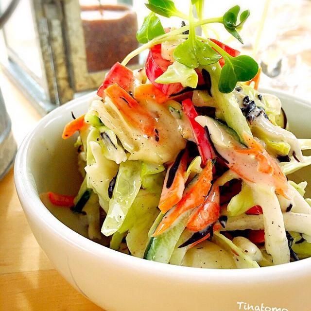 レタスが切れました。  キャベツだけでたっぷりお野菜!  お寿司デリバリーでついて来るお吸い物、たまっていたので、だしに使いました(•ө•)♡  ふりかけひじきも入れてあります! - 73件のもぐもぐ - お吸い物粉末を使い、キャベツサラダ! by tinatomo