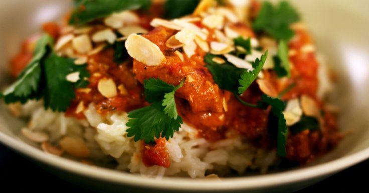 Kip 'Tikka Masala' is een wereldberoemd Indiaas gerecht waarvoor er wel 50 recepten bestaan. Toch hebben die bereidingen heel veel met elkaar gemeen. Jeroen marineert de kip in een kruidige en romige saus op basis van yoghurt en kokosmelk. Serveer het gerecht met een portie rijst. De geurige basmati past er perfect bij.extra materiaal:een fijne raspeen blender