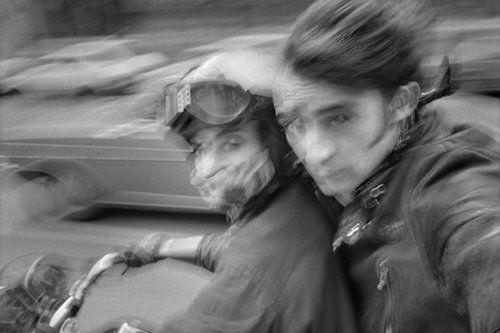Además de salir a la calle para tomar fotografías y conocernos a nosotros mismos y nuestra cámara, hay que leer a los grandes de la fotografía.