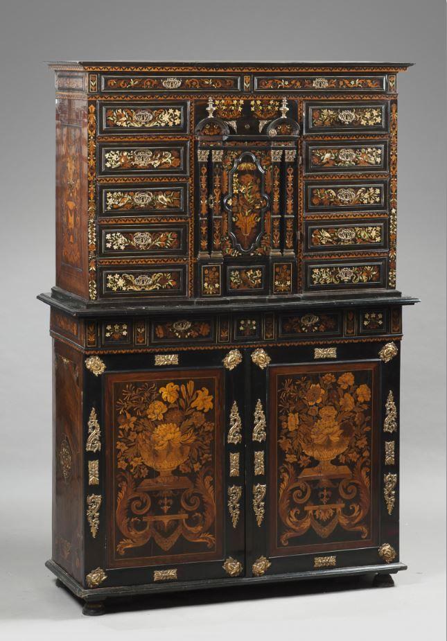 Cabinet d'apparat de forme architecturale en marqueterie de bois clairs, bois teintés, os et ivoire à décor d'oiseaux branchés, feuillages et rinceaux. Éléments d'époque Louis XIV.