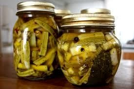 INGREDIENTI 1 kg di zucchine 1 l d'aceto  sale grosso 2 teste d'aglio origano pepe nero in grani   Preparazione  Spuntate le zucchine e...