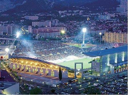http://afondmarseillais.free.fr/OM/images-om/stade-velodrome.jpg