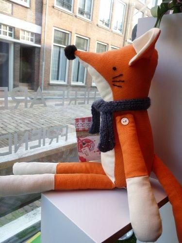 """Sluwe vos is handgemaakt van tweedehands kleding, restjes stof en fournituren. Dat maakt elke knuffel uniek. Het ontwerp is van Fiona Dalton """"Van oude lapjes, naar nieuwe vriendjes""""."""