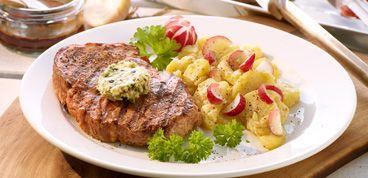 Rezept Schweinenackensteak mit pfeffriger Zwiebelbutter und Kartoffel-Radieschen-Salat