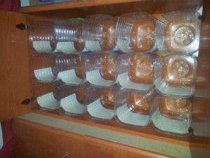 Zapatero con garrafas de agua. Clasificador dentro de un mueble.