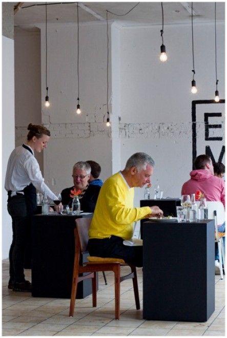 Si chiama Eenmaal - che in olandese significa una pasto/una porzione - ed è stato inaugurato ad Amsterdam il 28 giugno. Secondo gli organizzatori è il primo esperimento di ristorante con tavoli per una sola persona. Resterà aperto solo un'altra serata, il 29 giugno, e gli ideato