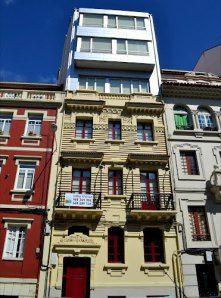 Edificio original de Pedro Mariño con añadido moderno, en Marqués de Amboaje (A Coruña)