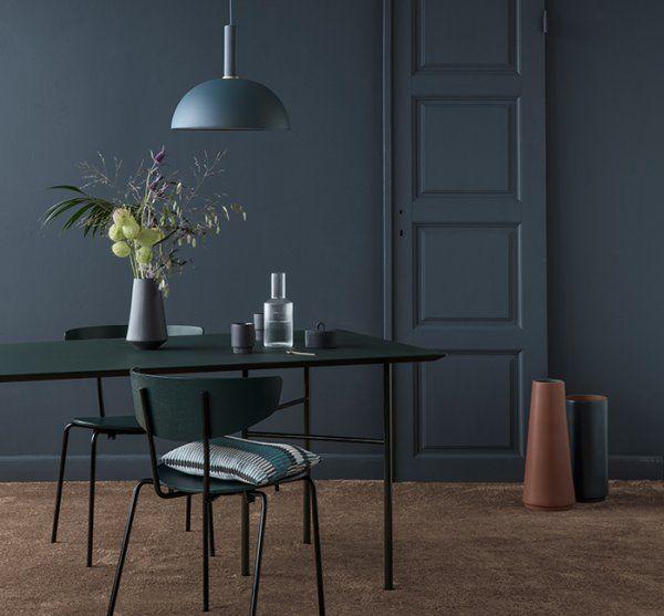 Le bleu marine en total look dans la salle à manger avec les murs peints en bleu marine, une suspension bleu marine et un vase bleu marine.