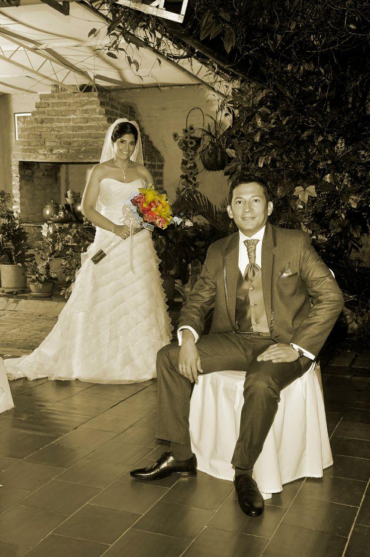 Fotografía de Boda de Claudia y Abelardo, iluminada con un accesorio de color. #FotografoBodasCali  #FotografiaBodasCali #FotografoMatrimoniosCali