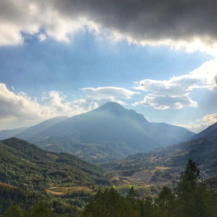 Vista dalla terrazza panoramica di #civitelladeltronto #abruzzo #teramo #panorama #happylittlecaravan #fortezza #borgomedioevale #cielo #nuvole #italy