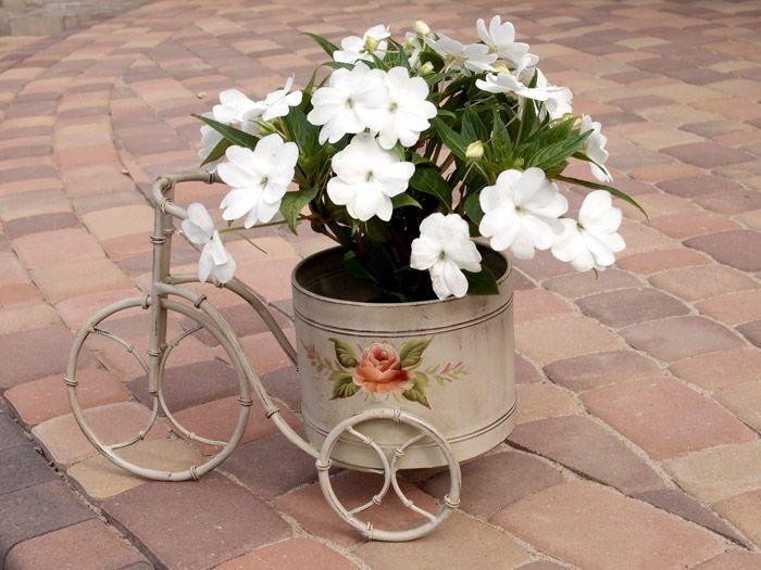 Dekoracja ogrodowa rowerek z dużym pojemnikiem malowanym w róże / Bike With Receptacle For Flowers Painted Roses Shabby Chic