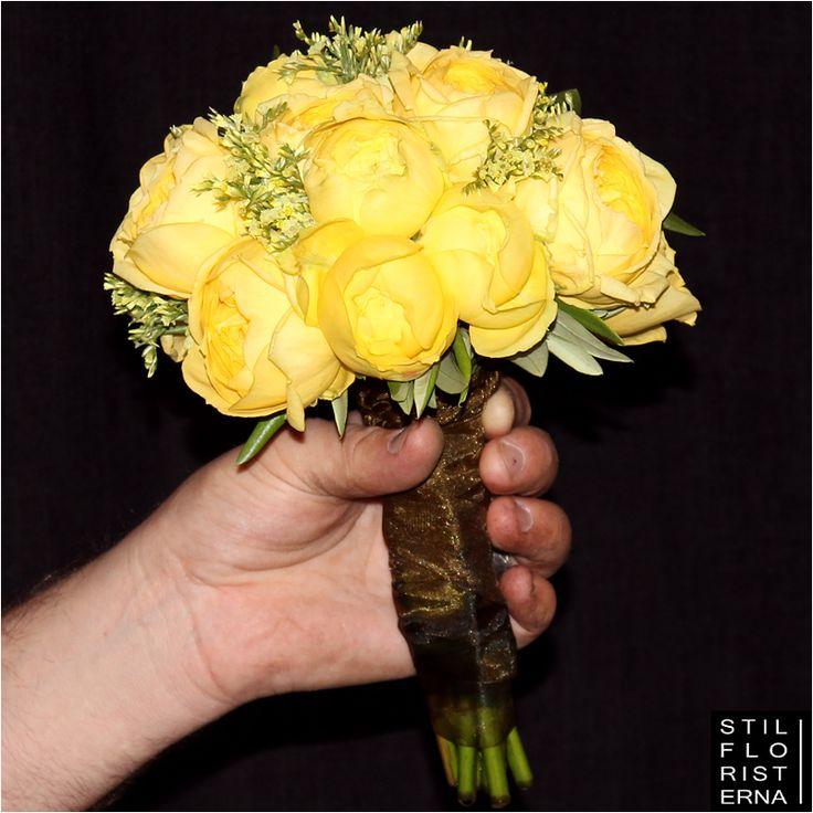 Stilren brudbukett med gula rosor (Catalina) i rund kompakt form.