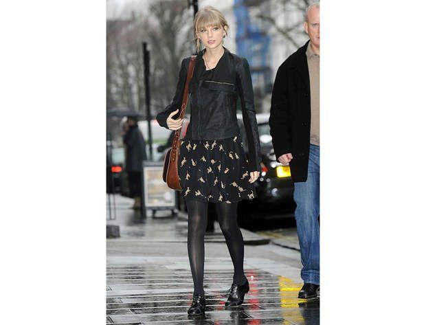 Taylor Swift : la jupe à platLa chanteuse Taylor Swift porte la jupe à motifs et à plat. Elle opte ici pour des chaussures façon derbies mais on aurait également pu imaginer des ballerines. A savoir, surtout si on n'est pas aussi grande que Taylor, lorsqu'on porte notre jupe avec des chaussures plates, on la choisit impérativement au-dessus du genou pour allonger la silhouette.
