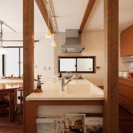 S邸・家族の笑顔がつながるオープンキッチンの部屋 真横よりキッチンを見る