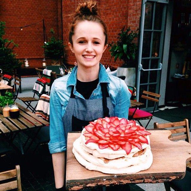 Nasza piękna Ola z samego rana zaprasza Was na przepyszne ciasto z bezami, truskawkami i serkiem mascarpone! #letarg #letargbistro #polishgirl #girl #beauty #happy #smile #restaurant #strawberry #strawberries #cake #dessert #sweet #food #foodporn #instafood #foogasm #amazing #tasty #vsco #vscocam