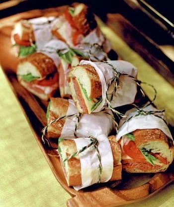 お料理にもアイデアがつまっています!ピクニックなので床に座って食べやすいテイクアウトメニューのサンドイッチが選ばれています。さらに、一つ一つがつかみやすいように、こぼれ落ちないように、おしゃれな工夫が施されています。
